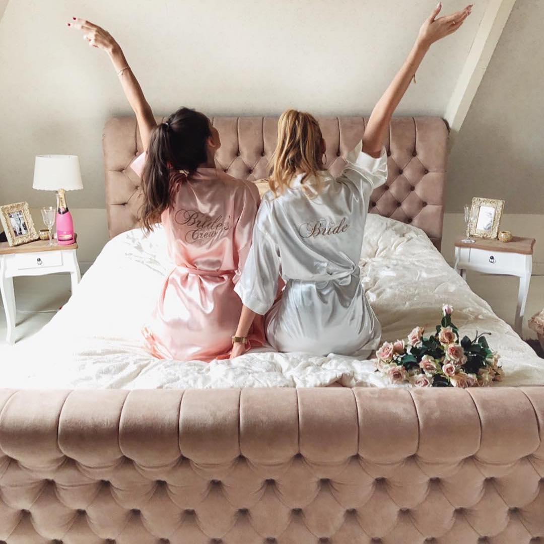 bruid en bruidsmeisjes met kimono op bed