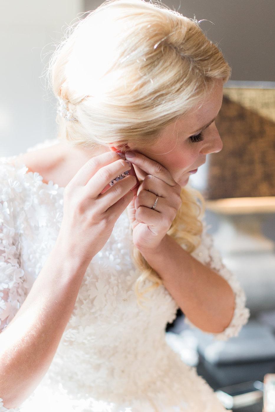 bruid doet haar bruidsoorbellen in