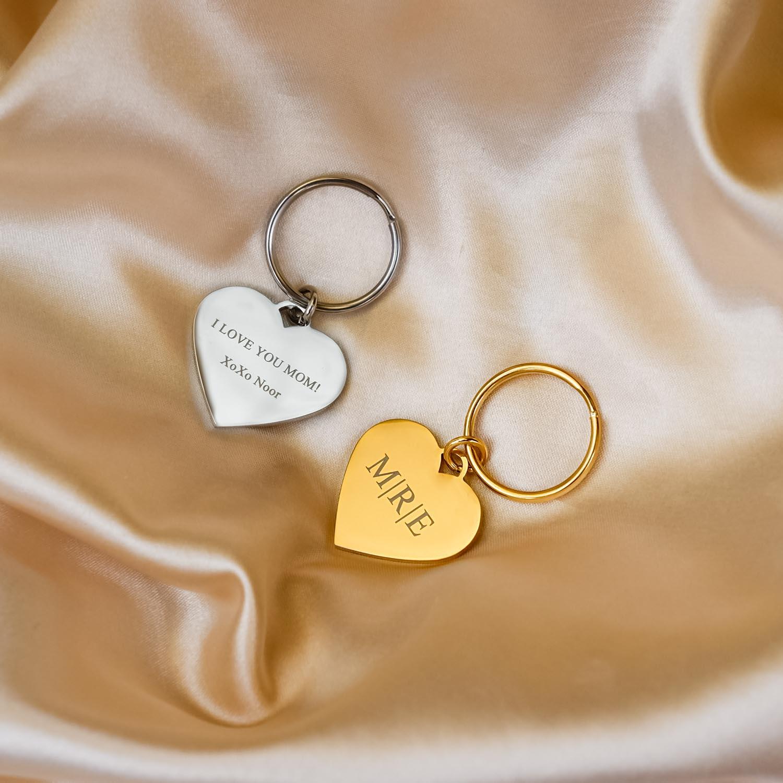 Gouden en zilveren hartjes sleutelhanger gegraveerd op satijn