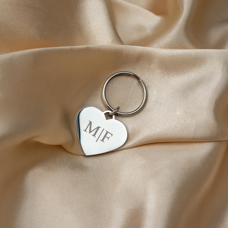 Zilveren sleutelhanger met hartje en gravering op satijn