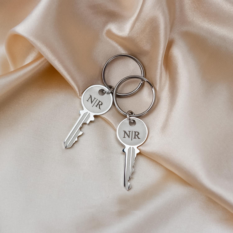 Zilveren sleutelhangers key op satijn met gravering