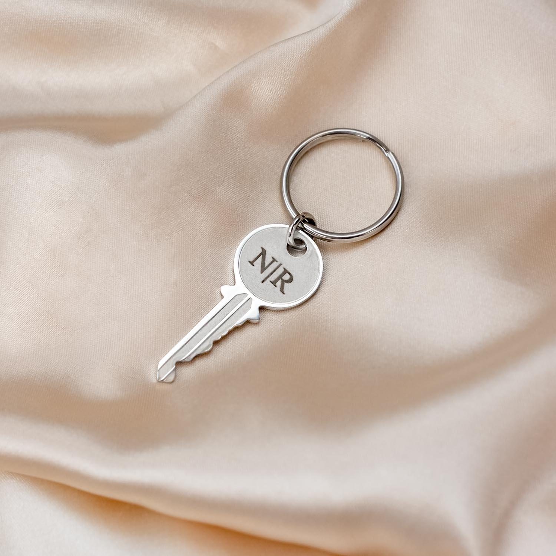 Zilveren sleutelhanger met initialen op satijn