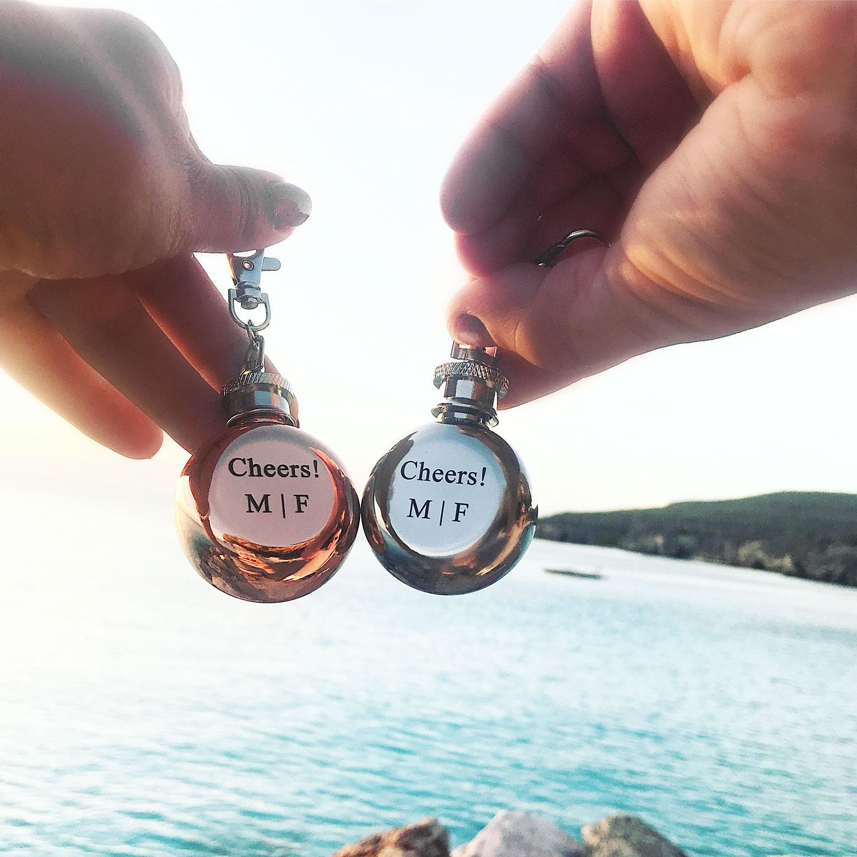Graveerbare sleutelhangers voor man en vrouw in de vorm van een drankflesje