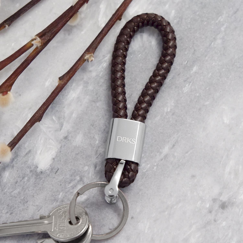 Gevlochten leren sleutelhanger met sleutels eraan