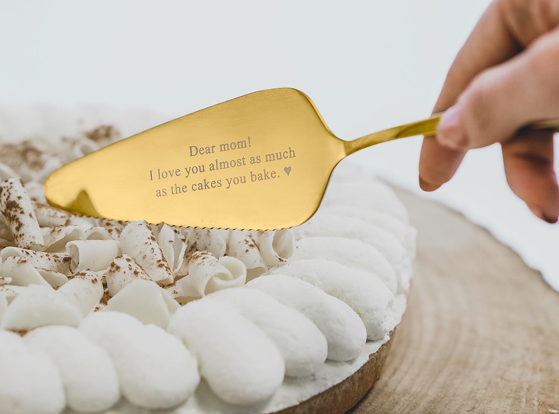 Gouden taartschep met gravering om de taart aan te snijden