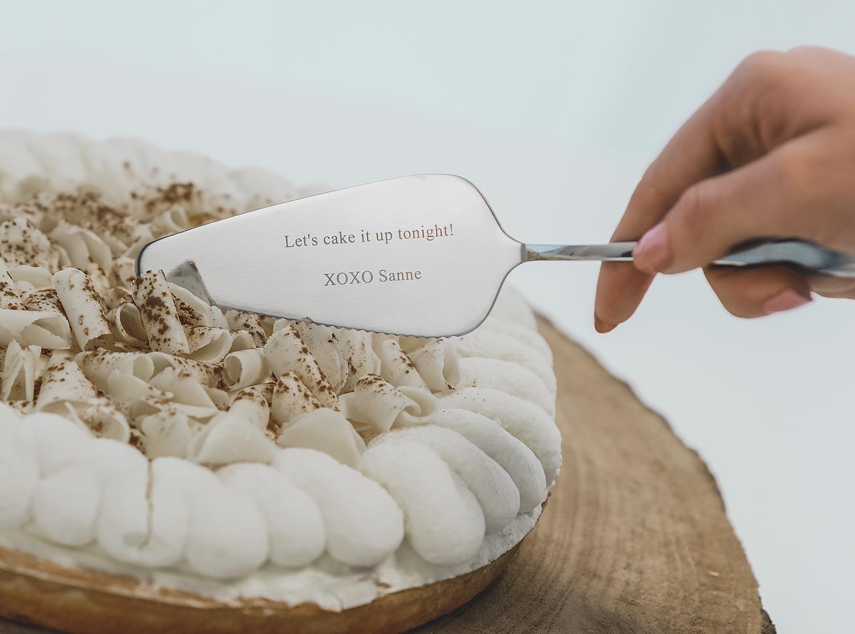 Zilveren taartschep met gravering om te gebruiken op een feestje
