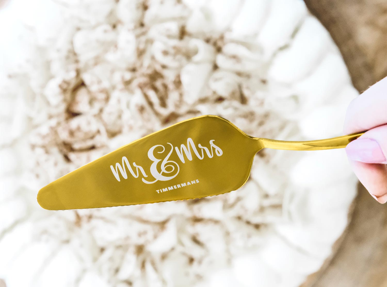 Gouden taartschep voor het bruidspaar om cadeau te doen