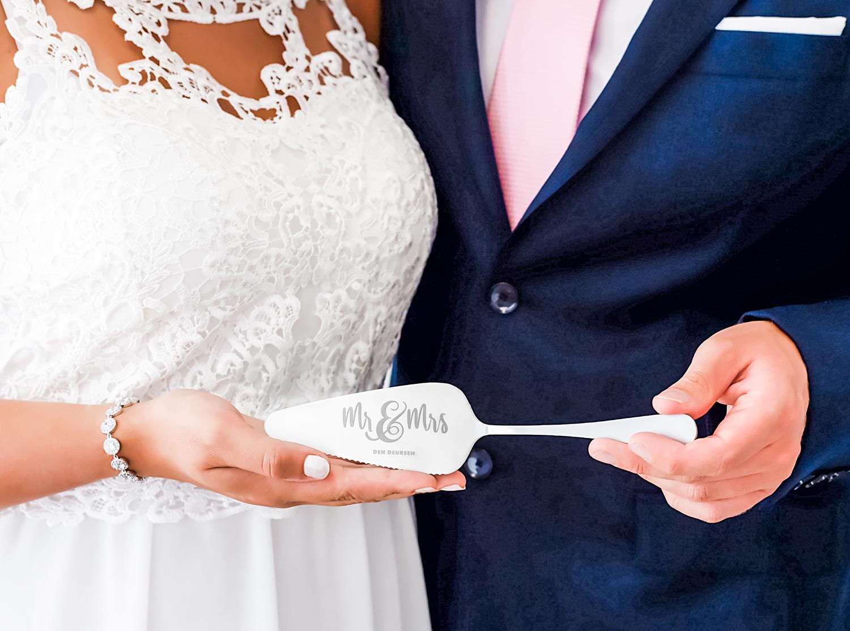 Zilverkleurige taartschep voor het bruidspaar