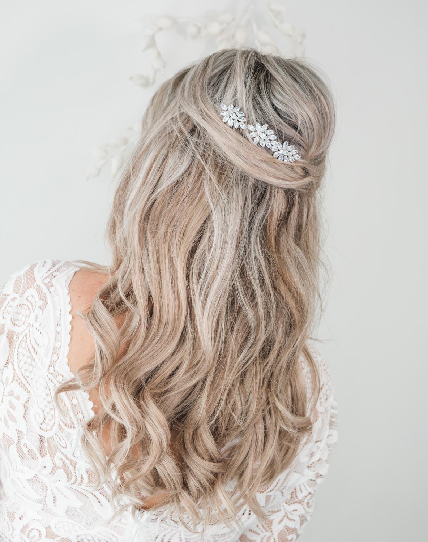 Zilveren haaraccessoire voor de bruid om te dragen
