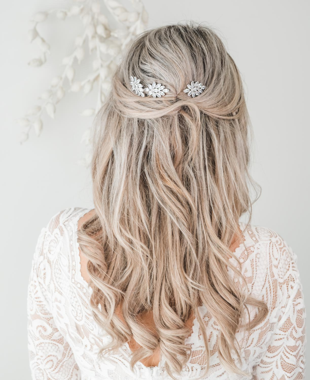 Zilveren bruidsaccessoires in het haar voor de bruid