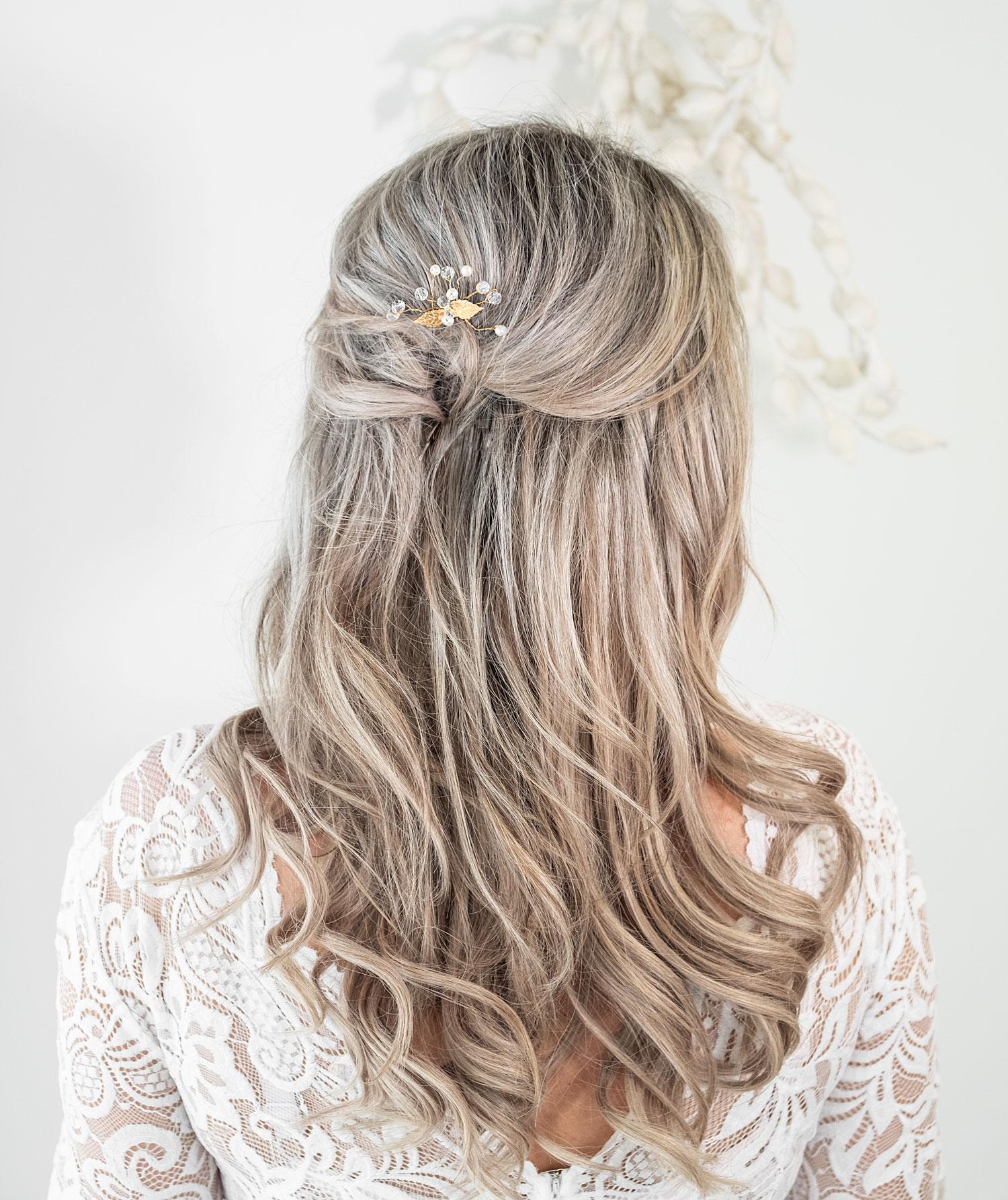 Mooie haarpin voor de bruid in het haar voor een complete look