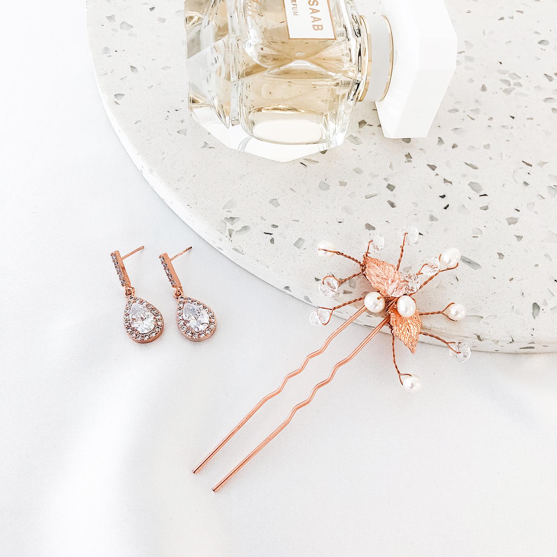Complete set van oorbellen met een prachtige haarpin voor bij