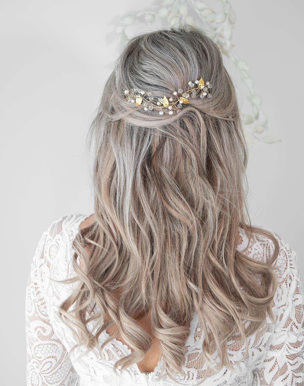 gouden haarsieraad met blonde haren in het haar voor de trouwdag