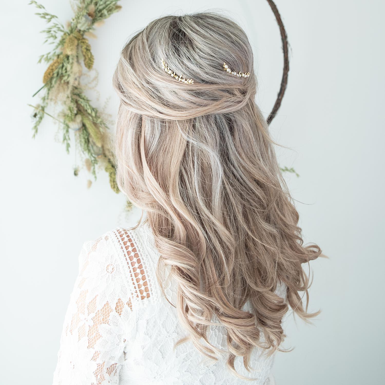Gouden haarpin voor de bruid in het blonde haar