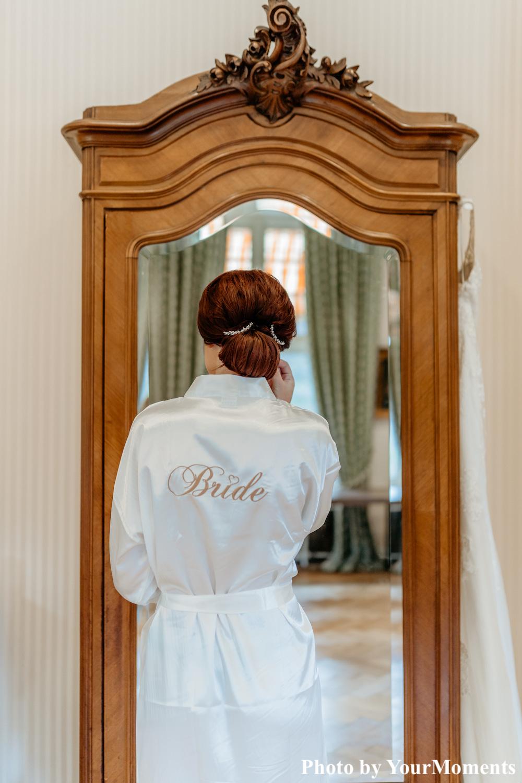 Bruid draagt kimono en haaraccessoire voor spiegel