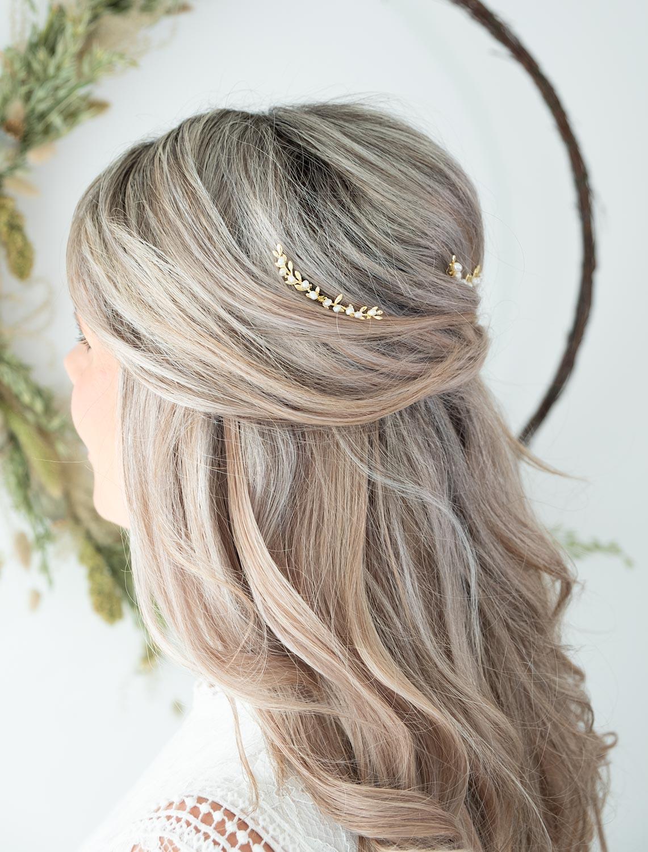 Mooi haaraccessoire in het goud voor een blonde bruid