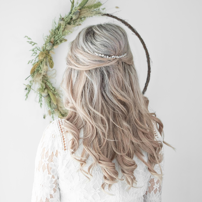 Haarsieraad voor de bruid in het haar verwerkt