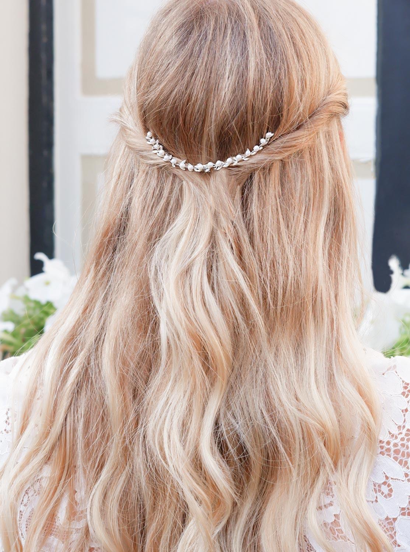 Bohemian haaraccessoire in het haar bij een blonde vrouw