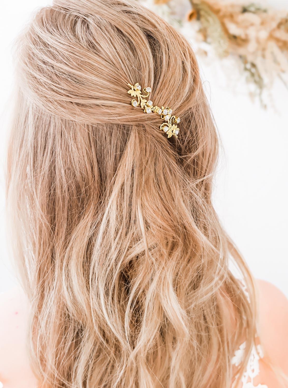 Goudkleurig haarsieraad voor de bruid om te dragen