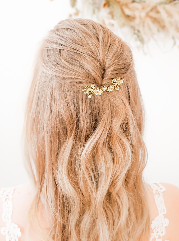 Mooie haaraccessoire voor de bruid in het haar gedragen