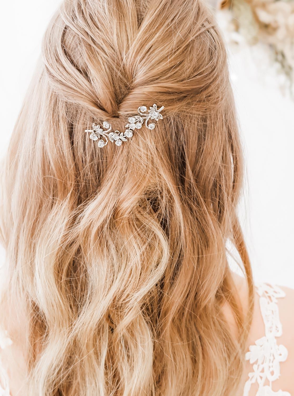 Zilveren haaraccessoire voor de bruid met blond haar