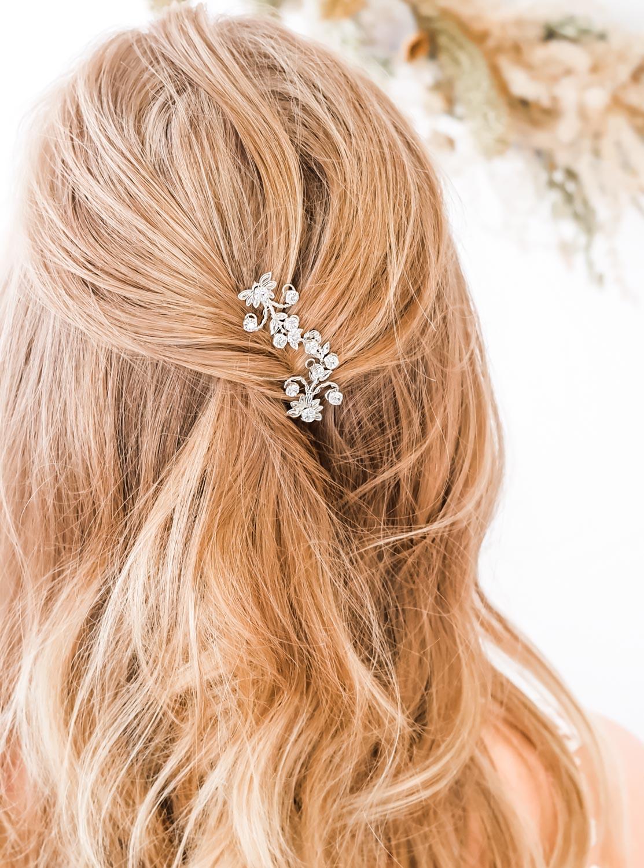 Haaraccessoire voor de bruid in blond haar om te dragen