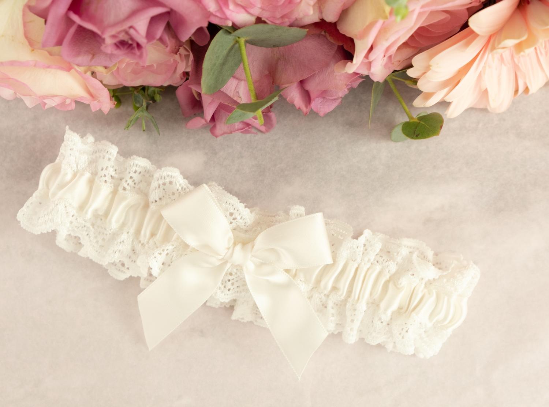 Mooie kousenband voor de bruid met bloemen