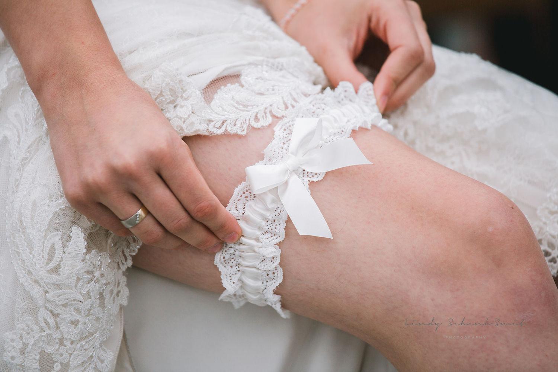 Bruid met kousenband met strikje om been
