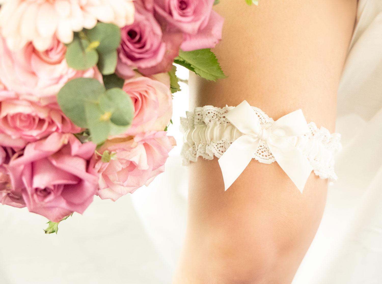 Luxe kousenband voor de bruid met bloemen