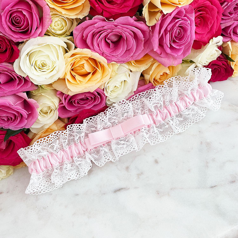 Roze kousenband bruid met strikje