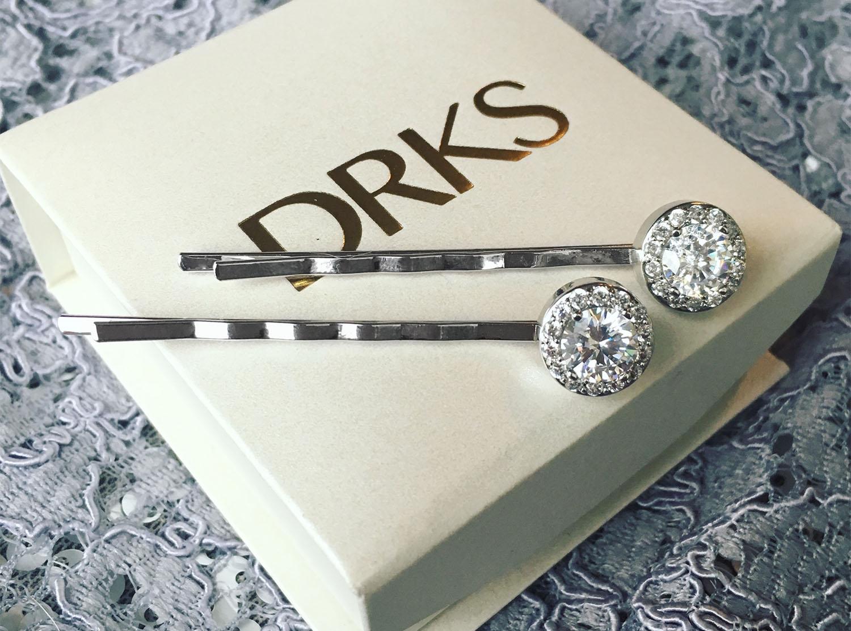 Zilveren haarpinnen voor de bruid op sieradendoosje