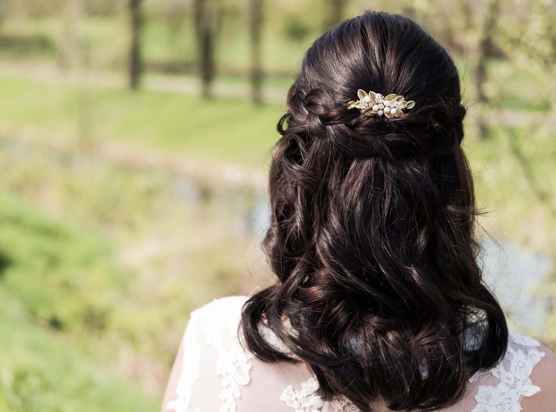 gouden haaraccesoire met blaadjes en parels van drks