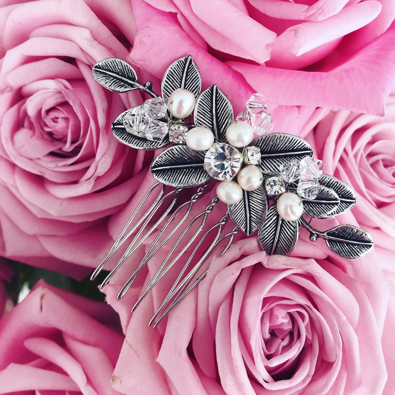 Mooie haaraccessoires met parels samen met rozen