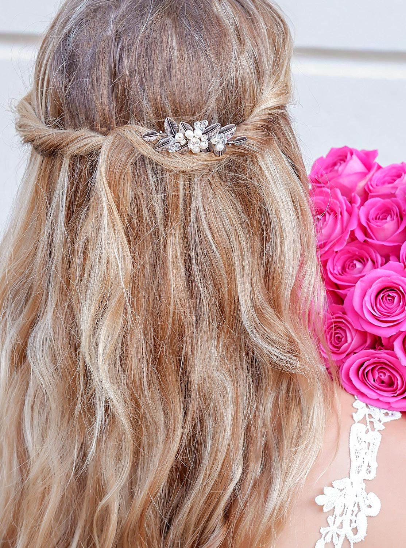 Mooie zilveren haaraccessoire rosa in het haar verwerkt
