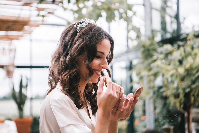 Bruid kijkt in rose gouden bride spiegeltje