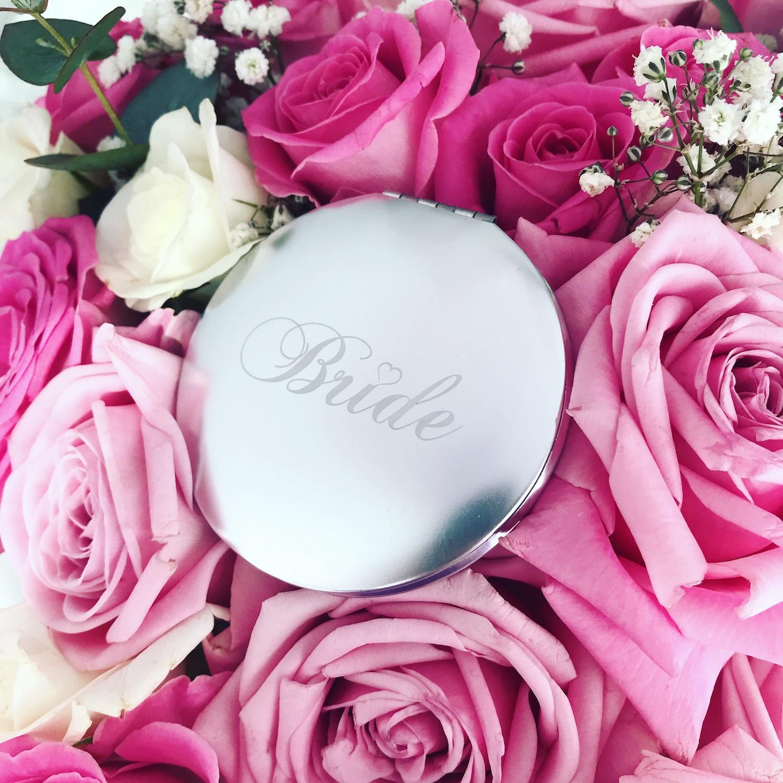 Zilveren spiegeltje met bride met bloemen