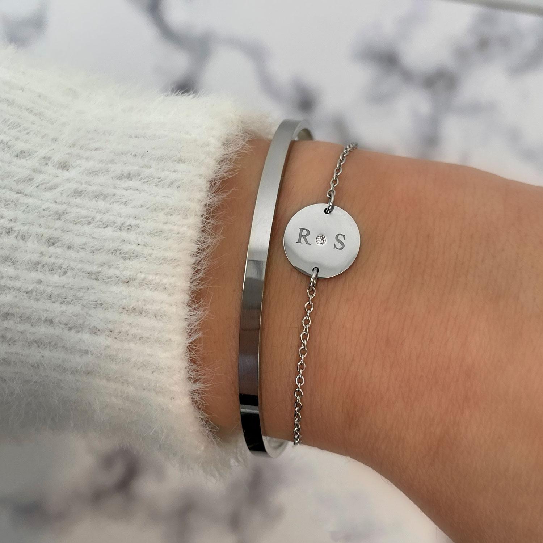 Twee initialen armband met bangle gecombineerd