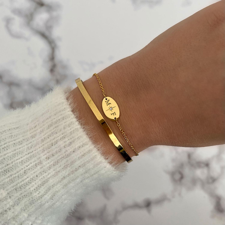 Gouden twee initialen armband met bangle gecombineerd