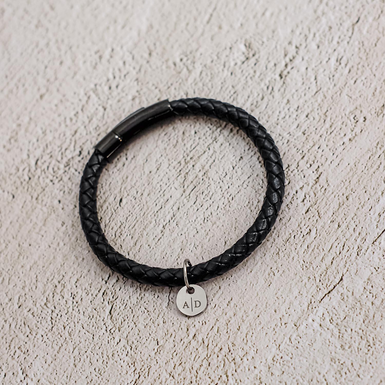 Stoere armband met een leren band om te kopen