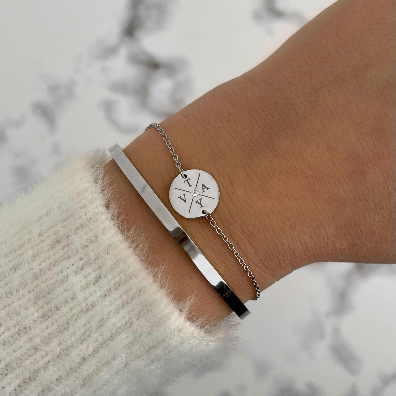 Initialen armband met bangle gecombineerd met trui