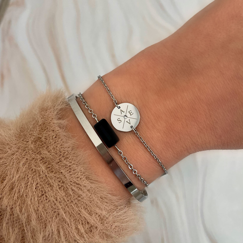 Mooie intitialen armband om te dragen