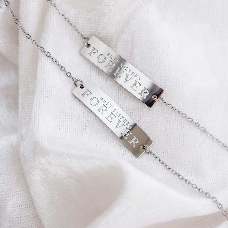 Trendy armbanden voor zussen op een satijnen doek