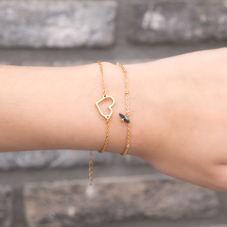 Gouden armbandje samen met amrband met hematiet