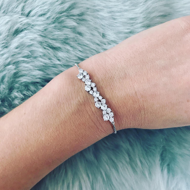 Bruid draagt prachtige, elegante armband van drks
