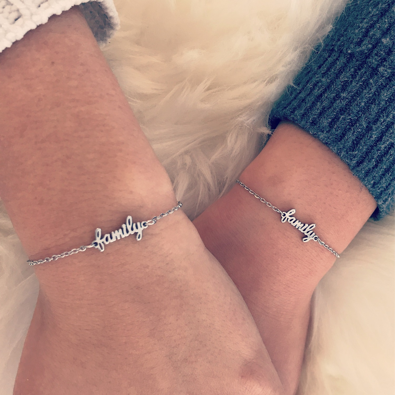 twee vrouwen dragen speciale moeder en dochter armband zilver