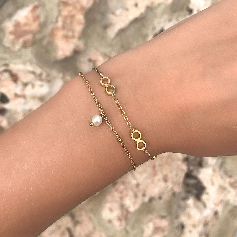 Infinity armband met stainless steel om de pols