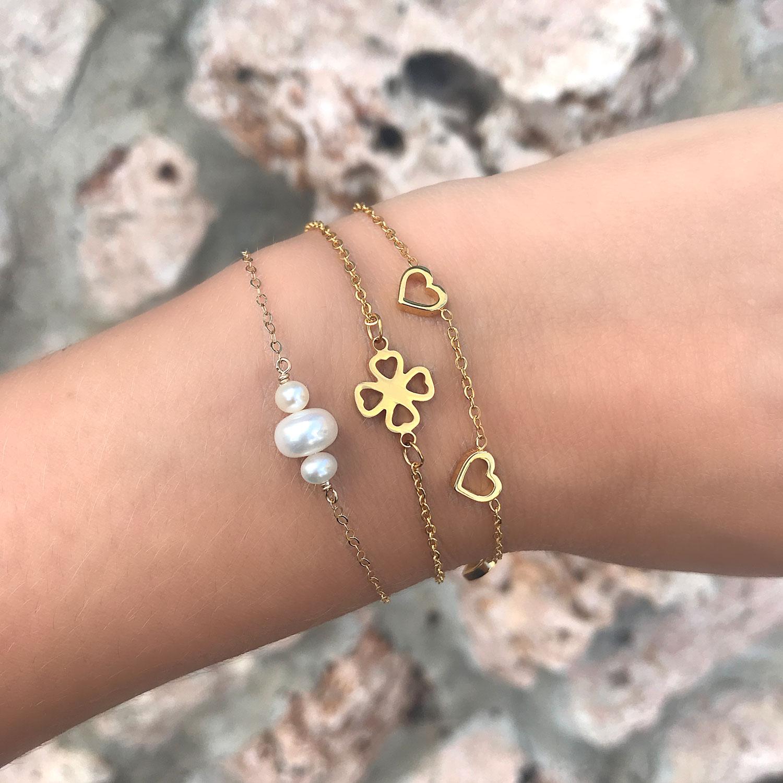 Gouden armband met parels om de pols voor look