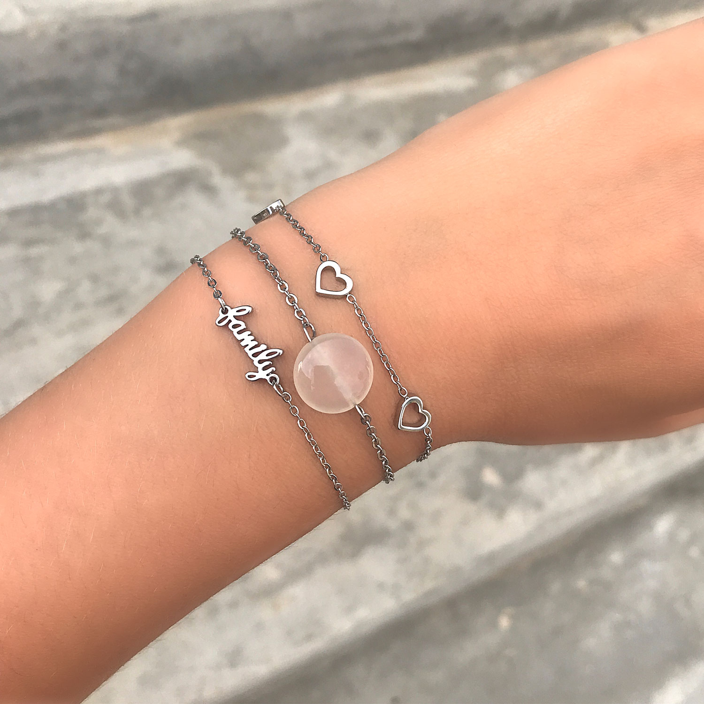 Vrouw draagt een combinatie van verschillende zilveren armbandjes