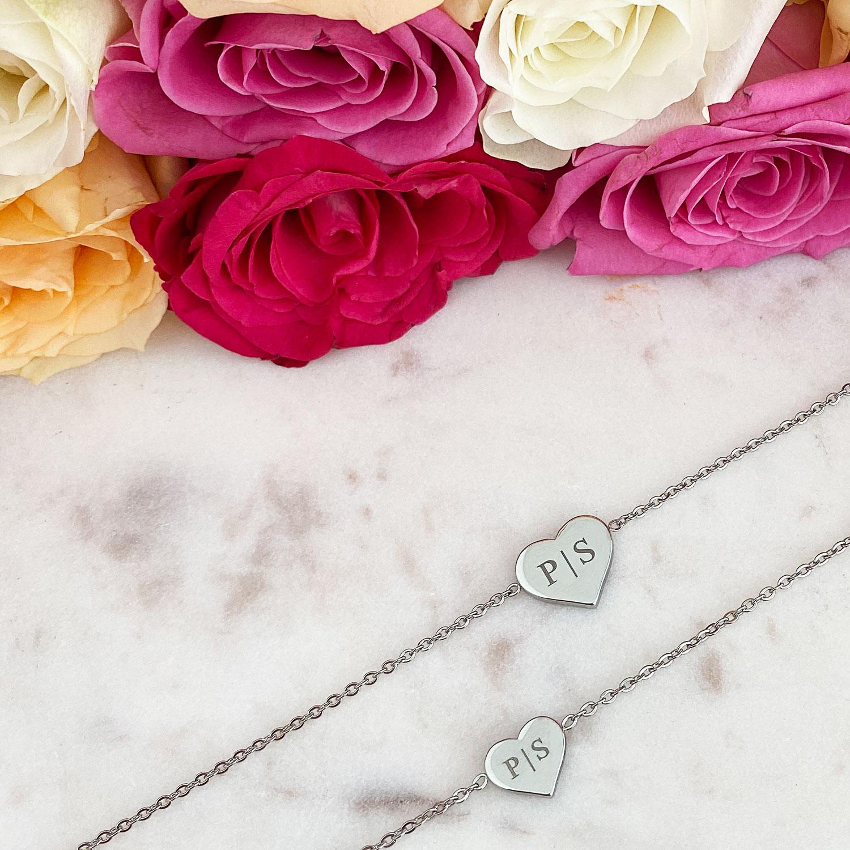 Trendy armband met hartjes en gravering op een plaatje