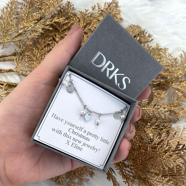 armband met pareltjes in een sieradendoosje met persoonlijke tekst